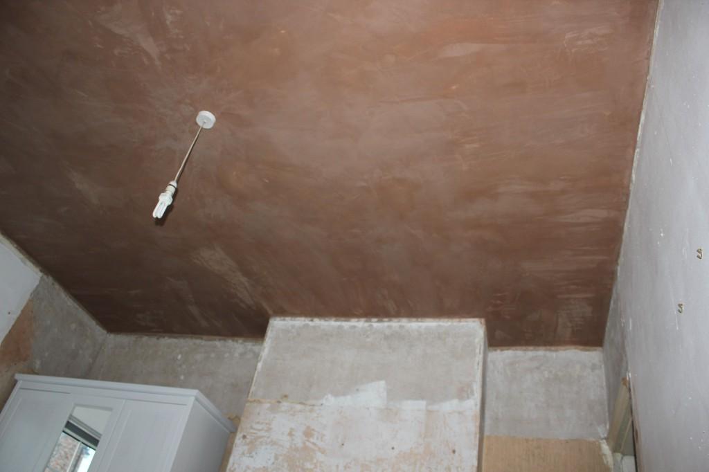 Монтаж ламината на потолок с помощью клея