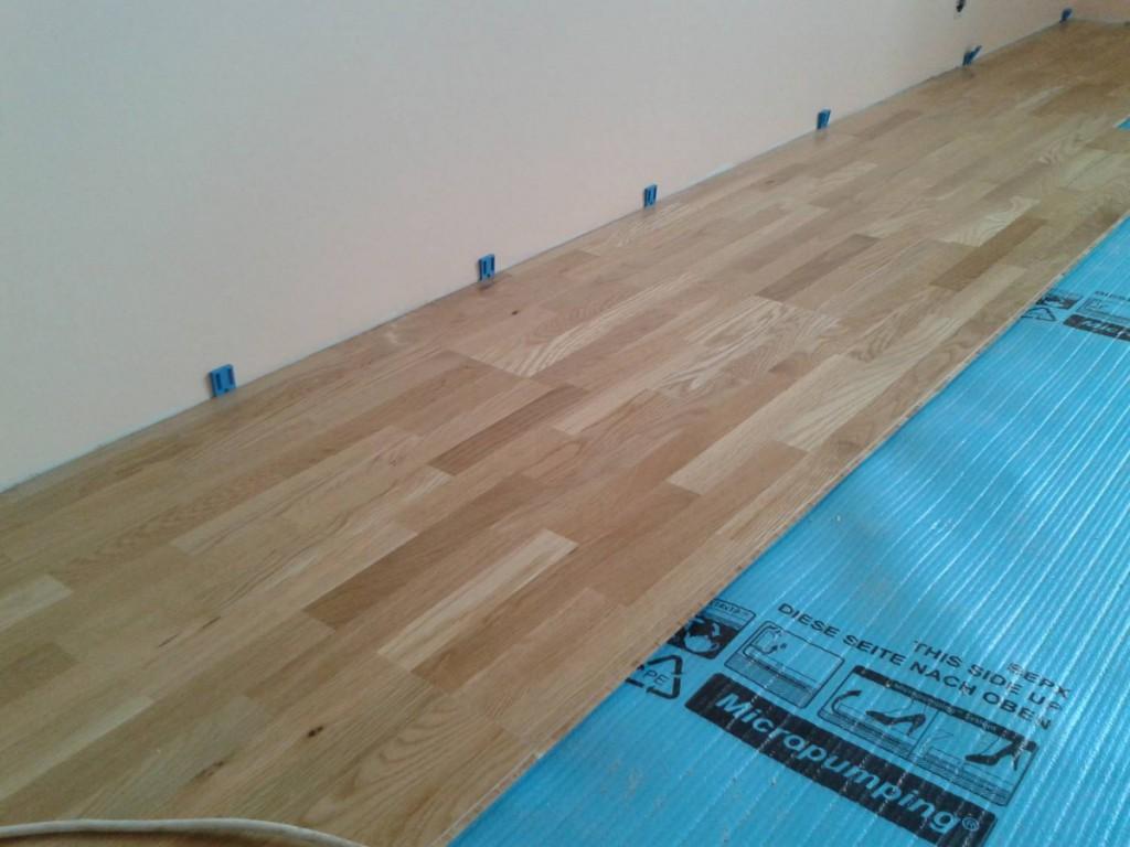 Укладка подложки под ламинат на деревянный пол