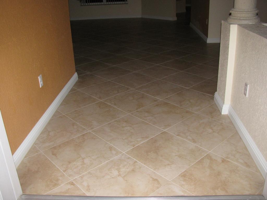 Квадратный ламинат в коридоре