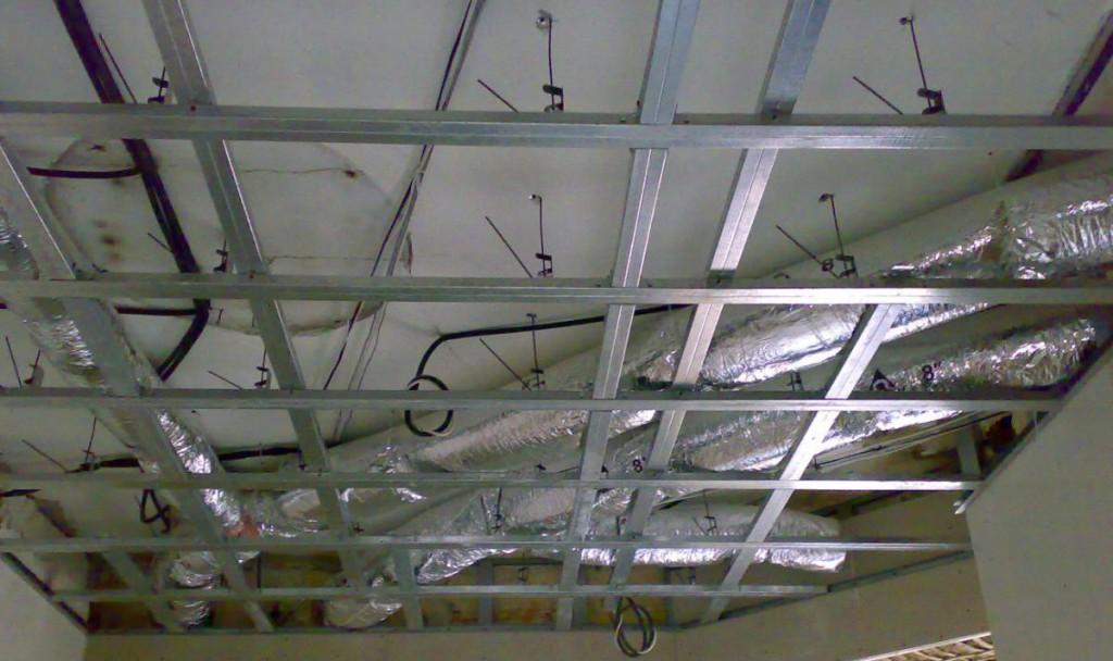 Каркасный метод монтажа ламината на потолок
