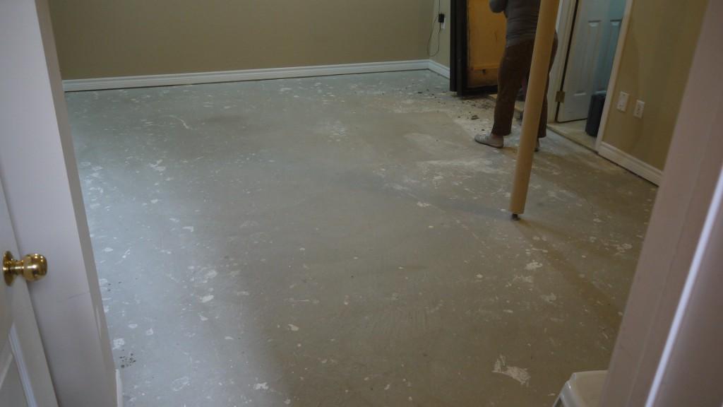 Укладка подложки на бетонное основание